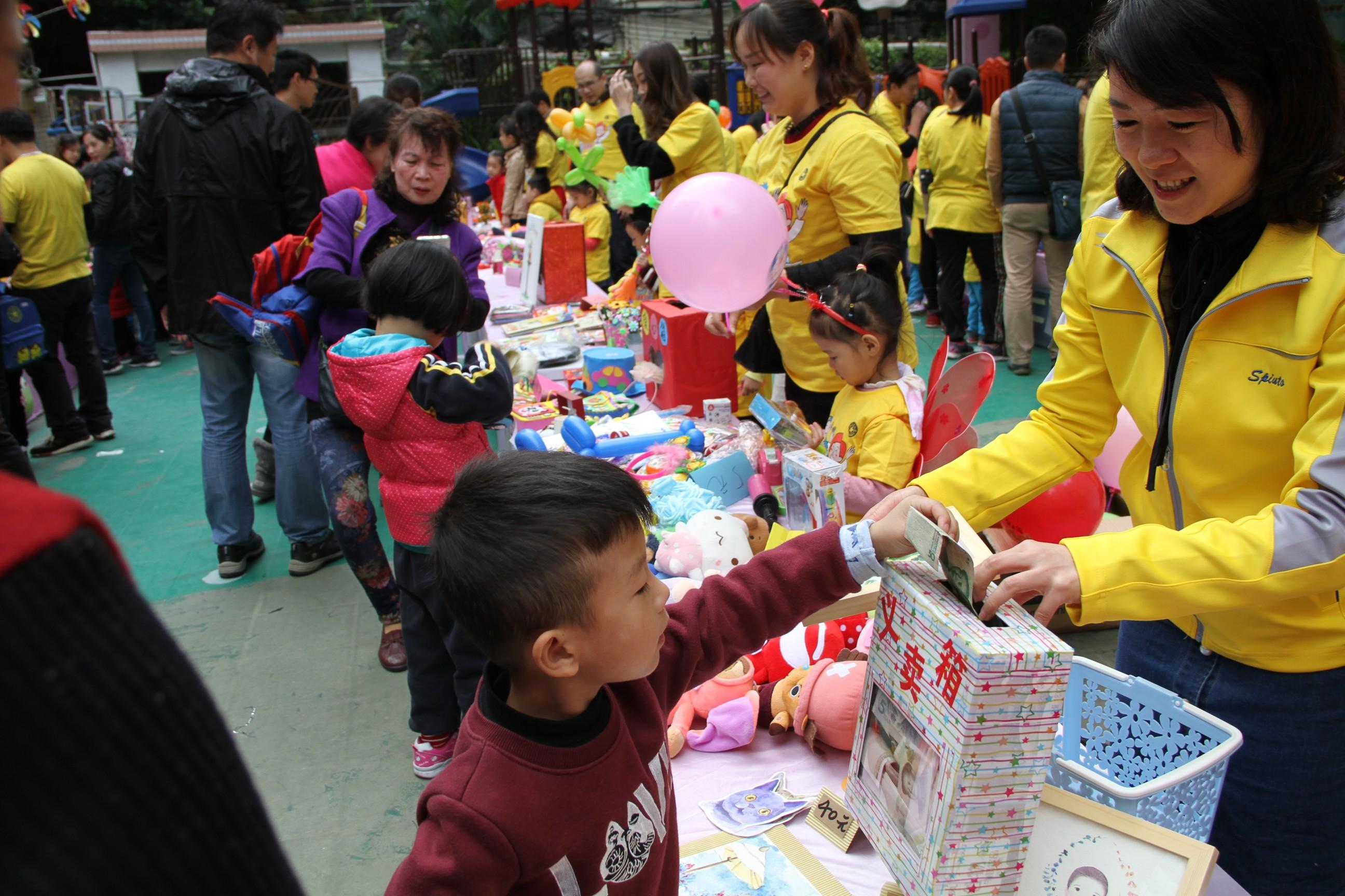 本次义卖活动得到了全园家长、幼儿和老师的大力支持,全园共有150个家庭参与共同筹得1453件爱心物品。其中小一班13个家庭共170件爱心物品;小二班22个家庭共238件;小三班19个家庭177件;中一班22个家庭共177件;中二班24个家庭共118件;大一班29个家庭共268件;大二班22个家庭共305件。 滴水成渊、积沙成塔,摊位上的义卖品在一件件的减少,爱心款却在一点点的增多,持续一个小时的时间,共筹得爱心款8423.