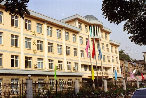 (4)  建于2000年的校门  位于体育北大街2号.jpg