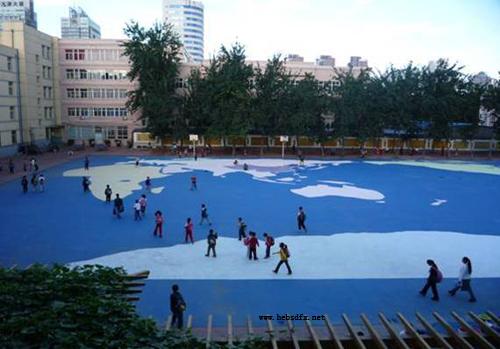 2.2009年修建的彩色水泥操场.jpg